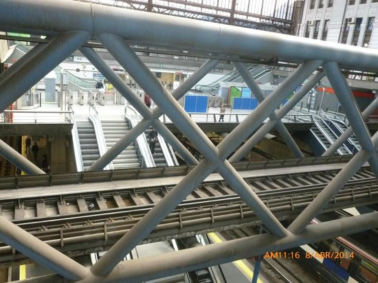 Principe Pio Mall : Por aquí pasan los trenes.