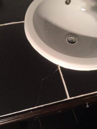 Dornoch Castle Hotel: Cracked slate around sink, Old Court Room