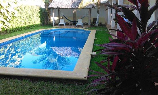 Hotel Tunich Beh: piscina con sdraio dove si affacciano le camere
