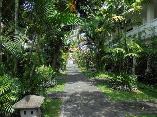 Rama Candidasa Resort & Spa : walkway to pool and restaurant