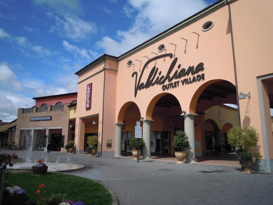 Facciata esterna - Picture of Valdichiana Outlet Village, Foiano ...