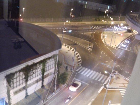 Hotel Grand View Okinawa : 窓からの景色 滑走路みえる