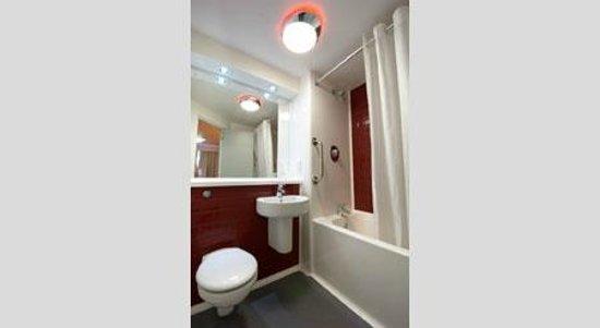 Travelodge Birmingham Central Moor Street: Bathroom with bath