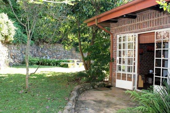 Valley View Lodge: Secretary Bird Suite garden