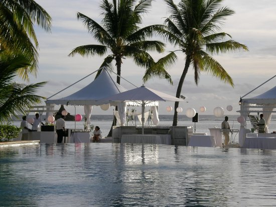 Sugar Beach Mauritius : Infinity pool with a wedding reception on the beach