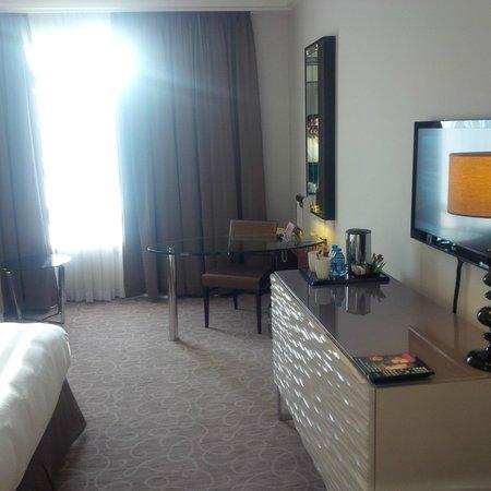 Grand Hyatt Amman : TV and Desk