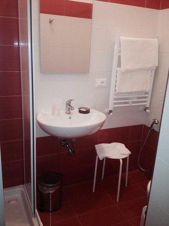 Bagno con arredi e interni nuovi foto di b b 74 for Arredi bagno roma