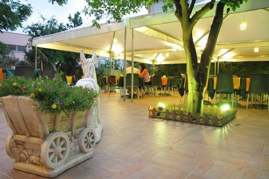 Pizza vegetariana con il bordo ripieno di crema di olive picture of il giardino dei sapori - Giardino dei sapori calvenzano ...