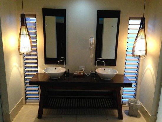Fiji Hideaway Resort & Spa: The basins in the bathroom