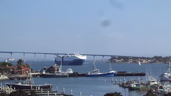 Coronado Bridge : コロナド橋をくぐる貨物船。ミッドウエイ最上甲板で撮影。