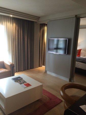 Hotel Burdigala: Espace salon de la suite junior