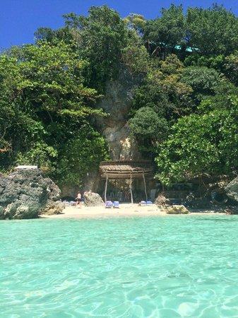 Argonauta Boracay: View back to Baling Hai beach from the water - little rustic cafe/bar
