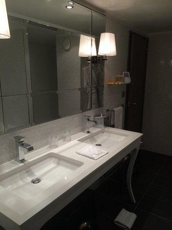 Hotel Burdigala: Salle de bains avec baignoire et douche Junior Suite