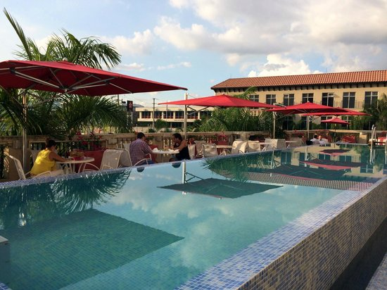 The Spanish Court Hotel: Spanish Court's terrace pool bar...a great place for lunch or dinner