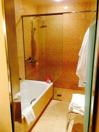 Sheraton Fuerteventura Beach, Golf & Spa Resort : Our Bathroom - Huge walk in shower