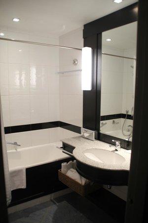 Le Meridien Nice: Bathroom