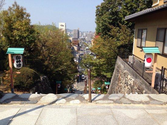 Isaniwa Shrine: 境内より望む松山の街。