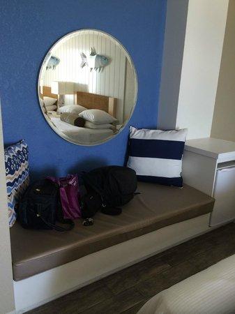Postcard Inn Beach Resort & Marina at Holiday Isle: Bench seat in room