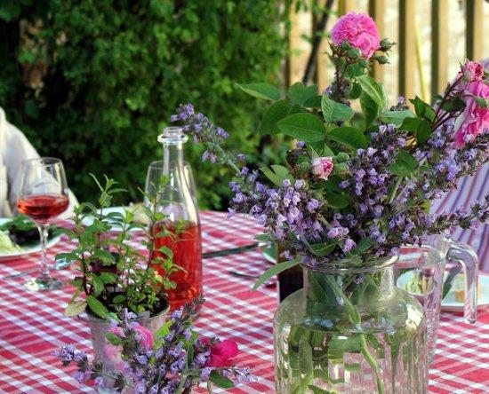 La Roseraie: Romantic 'al fresco' dining, under the pergola