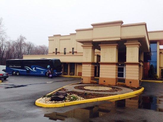 Best Western Regency House Hotel: Very roomy parking lot and charter bus friendly..