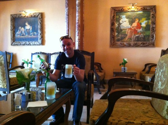 Hotel Brilant Antik : patron relaxing with ice cold beer in lounge
