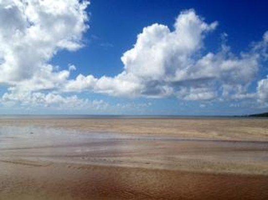 Hotel Vila dos Orixas: Vista do mar com maré baixa.