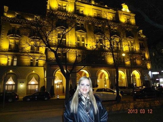 Hotel Regina: Fachada Iluminada