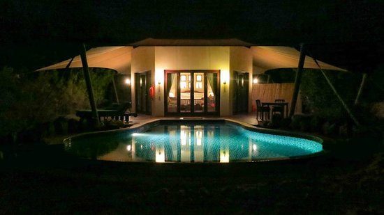 Al Maha, A Luxury Collection Desert Resort & Spa : Bedouin Villa 31 - Pool bei Nacht