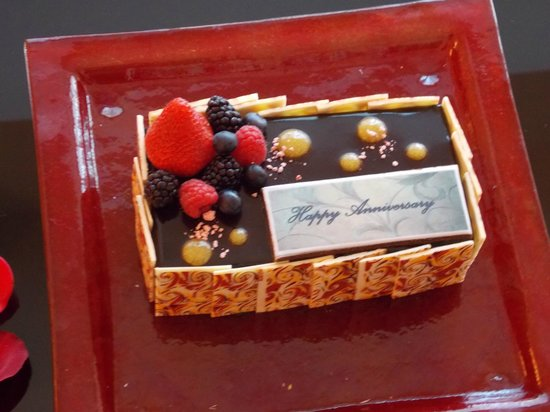 The Oberoi, Dubai: A special cake for our anniversary