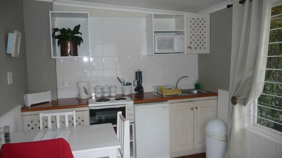 Azure House: integrierte Küchenzeile im Wohnraum