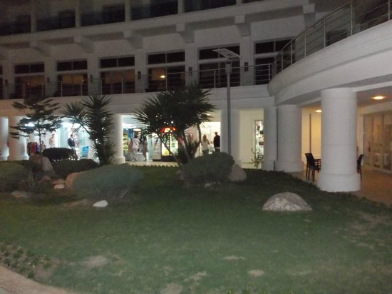 Pineta Park Deluxe Hotel: The shops