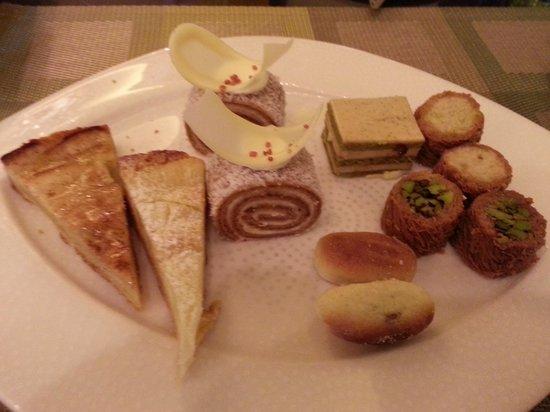 Shangri-La Hotel, Qaryat Al Beri, Abu Dhabi : Meu prato de sobremesas!