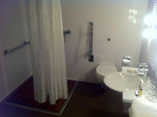 """Fraser Suites Edinburgh: Cortinilla de ducha llena de porquería en la """"suite junior """"."""