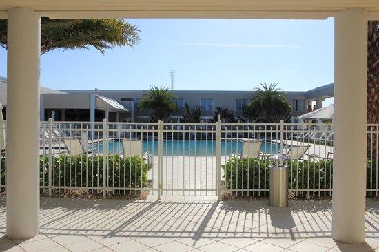 Ramada Venice Hotel Venezia: Zugang Pool vom Fintessraum aus