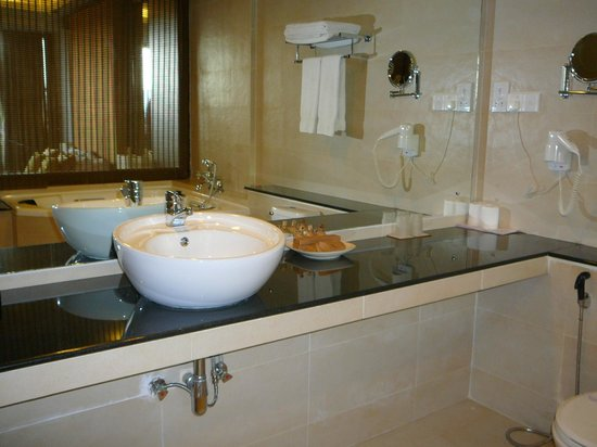 Tourmaline Hotel: Family suite bathroom