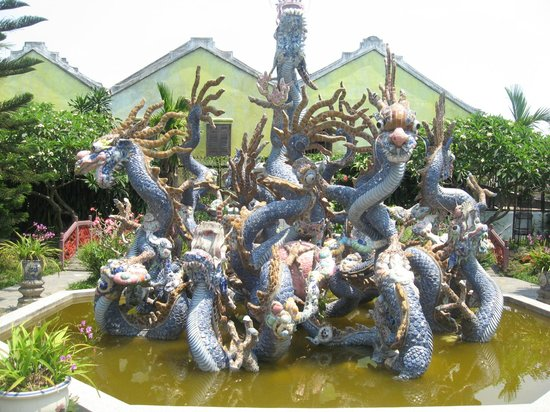 Quang Trieu (Cantonese) Assembly Hall : Fantastical multi headed sea serpent.