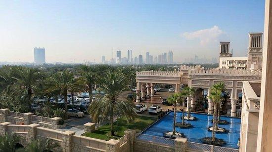 Jumeirah Al Qasr at Madinat Jumeirah : Blick vom Balkon der Arabian King Suite 633 Richtung Vorfahrt & Marina City