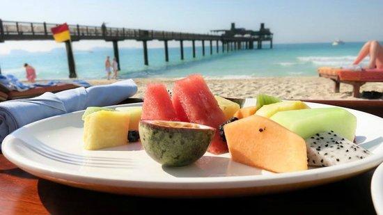Jumeirah Al Qasr at Madinat Jumeirah: Snack am Strand mit Blick auf das Pierchic-Restaurant