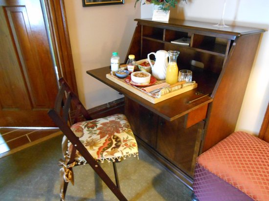 Colonial House on Main Bed & Breakfast : Gorgeous writing desk where breakfast was served!!