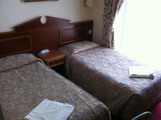 Pembridge Palace Hotel : Beds in a double room