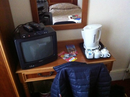 Pembridge Palace Hotel: TV and tea tray
