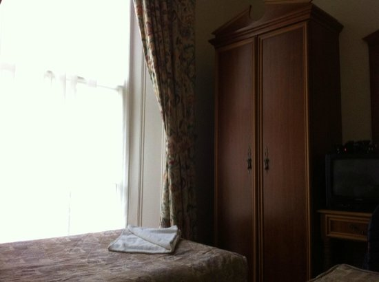 Pembridge Palace Hotel: Cupboard in the room
