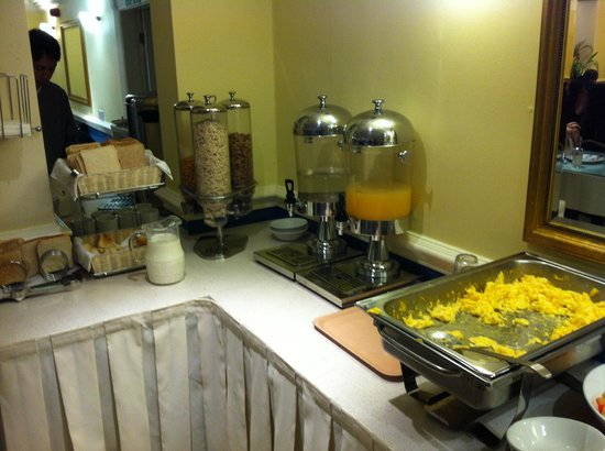 "Pembridge Palace Hotel : Breakfast - a very simple ""buffet"""
