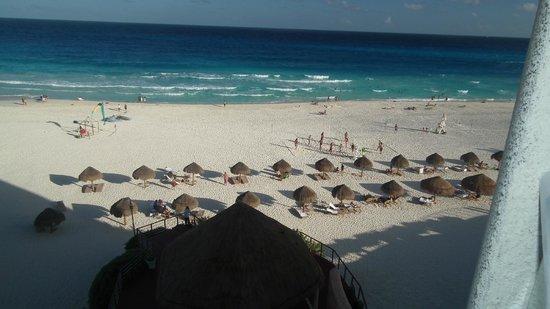 Sunset Royal Beach Resort: Praia defronte com barracas de praia do hotel