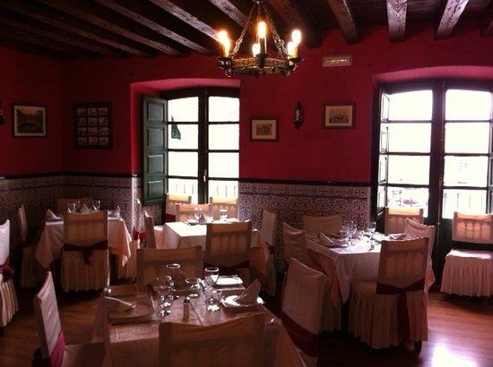 Restaurante Casa de Comidas Doña Cayetana: VENTANALES A PLAZA PEDRO DAVILA