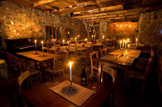 Ksipetra: εσωτερικός χώρος το βράδυ, interior at night