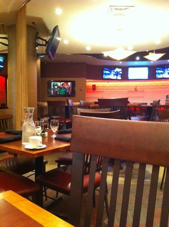 The Clarion Hotel and Conference Center: Comedor, limpio, muy atentos, buen desayuno y muchas tv.