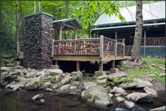 Bon Cherokee Mountain Cabins: Waters Edge Creek Frontage