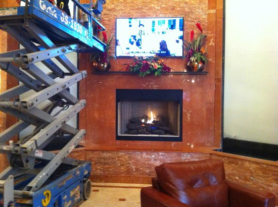 The Clarion Hotel and Conference Center: Recepción con chimenea
