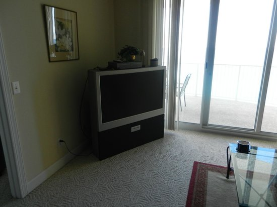 Emerald Isle Resort and Condominiums: Living Room Television